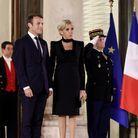 Brigitte Macron en robe à épaulettes
