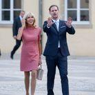 Brigitte Macron en robe courte rose