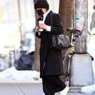 Le manteau noir et les sneakers blanches de Mary-Kate Olsen