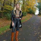 Veronika Heilbrunner en trench verni