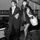 Serge Gainsbourg en costume, arrivant à Londres avec Jane Birkin