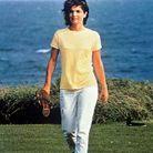 Jackie Kennedy pieds nus, pantalon blanc et t-shirt jaune à Hyannis Port en 1964