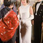 Jackie Kennedy vêtue d'une longue robe blanche
