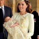 Kate Middleton et son tailleur beige le 23 octobre 2013, lors du baptême de George à Londres.