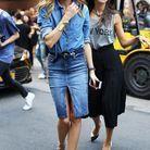 Avec une jupe en jean