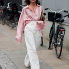 Une chemise colorée + un jean blanc