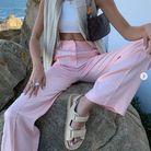 Look numéro 4 : top blanc +  pantalon fluide rose pastel