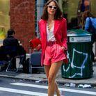 Un tailleur short rose avec des accessoires assortis