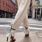 Lacets noirs et pantalon blanc