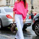 Un pull rose fuchsia avec un pantalon blanc