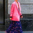 Une blazer rose fuchsia avec une jupe longue