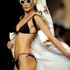 Carla Bruni en bikini Chanel en 1994