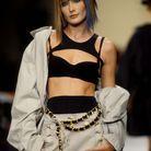 Carla Bruni en short en tweed Chanel en 1994
