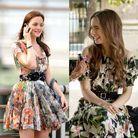 La robe à fleurs et à ceinture noire