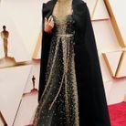 Une tenue Haute Couture, qui a nécessité 280 heures de travail pour la cape et 600 heures pour le reste de la robe