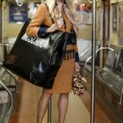 Les sacs XXL du défilé pre-fall Moschino, à New York