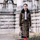Une jupe crayon, des bottes à talons et un joli blouson
