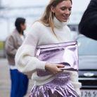Une jupe métallisée avec un gros pull col roulé