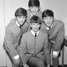 Les Beatles et leurs vestes sans col griffées Pierre Cardin