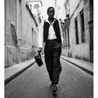 Gilet, Giorgio Armani. Chemise et pantalon, Emporio Armani. Montre « tank » en acier, Cartier. Carré, Charvet. Ceinture, Celine. Casquette, Herm