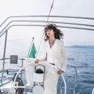 Blazer, top et pantalon, Fendi. Colliers de perles, Happy Grigri. Collier multicolore, Les mascottes de la mer
