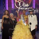 Bustier jaune orné de fleurs pour Chloé Mortaud, Miss France 2009