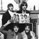 Les Beatles avec la couverture de l'album Sergeant Pepper's