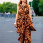 Des tongs avec une robe imprimé animal