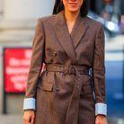 Une veste de blazer ceinturée