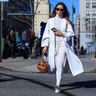 Le blanc manteau chic upgrade le jogging et le col roulé