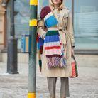 Glisser une écharpe en grosses mailles par dessus son pardessus
