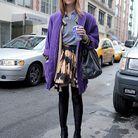 La jupe taille haute à imprimés portée avec un manteau de couleur flashy, c'est looké.
