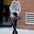 Oui, on peut être chic en maille. La preuve ! La bonne solution, on fait comme mademoiselle, on féminise la tenue avec une mini jupe et des bottines compensées.