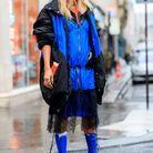 Bleu électrique, dentelle et chaussures étranges