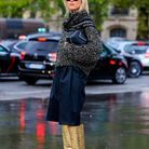 Des bottes seventies avec une jupe midi et un gros pull