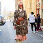 Des bottes seventies avec une jupe midi et un manteau long
