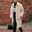 Un manteau en fausse fourrure