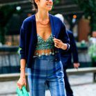 Leandra Medine en cardigan bleu
