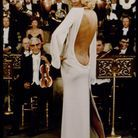 Mireille Darc et sa robe dos nu ivoire