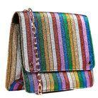 Un sac à rayures multicolore métalisées