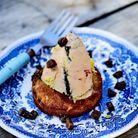 Menu de fête traditionnel : Foie gras clouté sur des biscuits biscottes