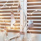 Une suspension de céramiques peintes en blanc