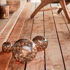 Décoration de Noël pour le jardin : des boules décoratives sur le sol