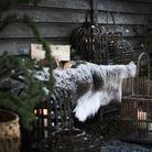 Décoration de Noël pour le jardin : un plaid en fausse fourrure sur un banc