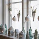Noël : on décore la maison avec de la petite déco posée sur le rebord de la fenêtre