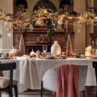Noël : on décore la maison avec une branche en bois suspendue et habillée de guirlandes lumineuses