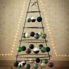 Arbre de Noël en fer forgé avec boules colorées