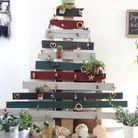 Un sapin de Noël en bois coloré