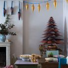 Faux sapin de Noël avec des lés de papier peint