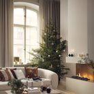Sapin de Noël classique avec boules en verre